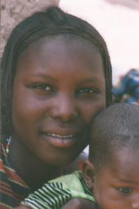 Mali. rio Niger joven madre