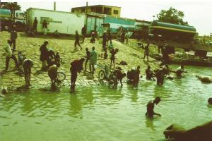 Mali. rio Niger lavando motos